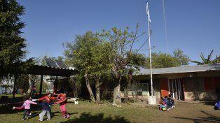 Contención. La escuela brinda educación a los hijos de los pescadores que habitan El Espinillo.