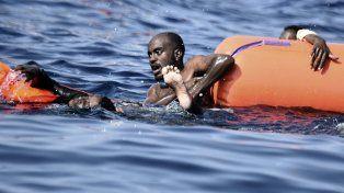 Peligro en el mar. Migrantes aguardan ser recatados en el Mediterráneo.
