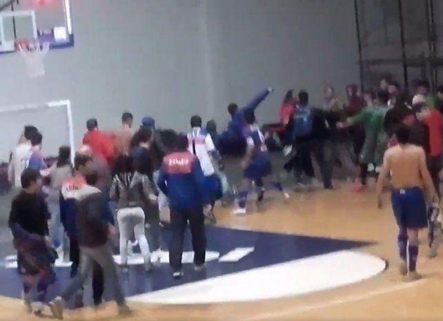 La final de futsal de Bahía Blanca terminó con piñas, patadas voladoras y butacazos