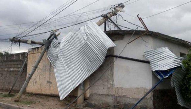 Devastación. Chapas retorcidas y destrozos en la capital catamarqueña.