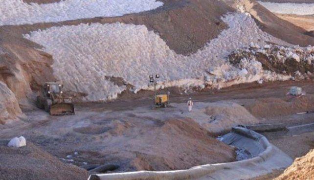 Arreglos. La minera Barrick levantó un terraplén en la zona del vertido.