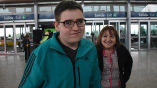 Alegría. Nicolás Flores y su madre