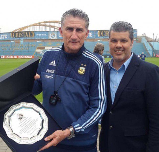 Homenajeado. El Patón recibió del gerente de Sportivo Cristal un reconocimiento por su paso victorioso en el 2004/05.