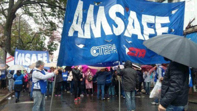 Los docentes marcharon bajo la lluvia.