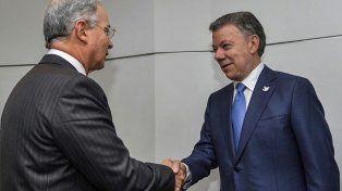 saludo. Santos (der.) recibe en la Casa de Gobierno a su antiguo jefe y hoy férreo adversario