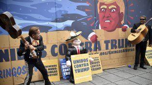Non grato. Un mariachi golpea con su guitarra un muñeco del magnate inmobiliario en Ciudad de México.
