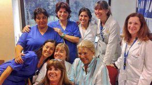 recuperada. Lilita compartió una foto con personal del Hospital Austral.