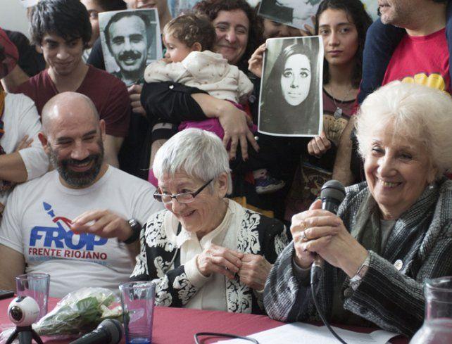 Alegría. Carlotto dio la noticia junto a la abuela del nieto y su hermano.