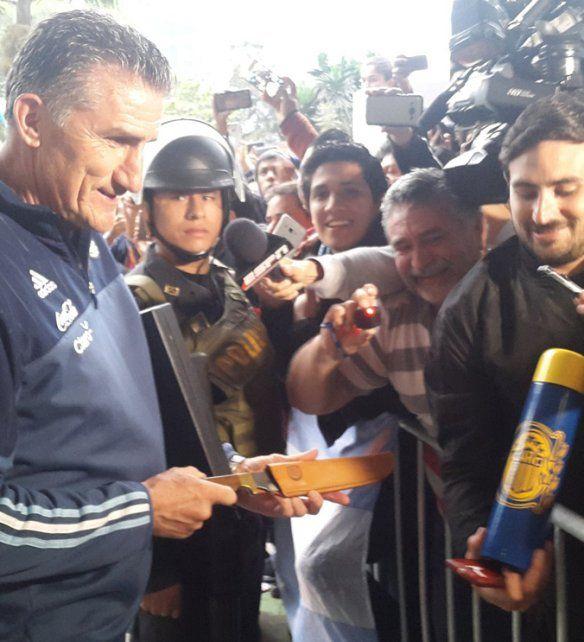 Misma pasión. El hincha le ofrendó al Patón un termo y una cuchilla en Lima.