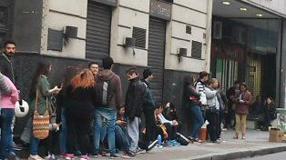 Sarmiento al 700. La gente llegó muy temprano en busca de un ticket promocional.
