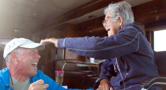 Norma bromea junto a su hijo durante una de las etapas del extenso viaje de 20 mil kilómetros por Estados Unidos.