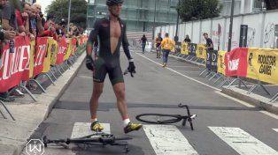 No aguantó la bronca por quedar afuera del podio y partió su bicicleta en dos