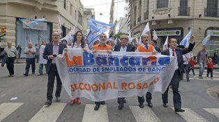 Los bancarios seguirán con las medidas de fuerzas y ya anunciaron un paro nacional para fin de mes. (Foto de archivo)