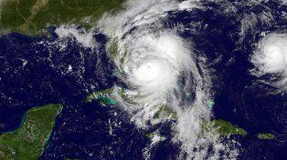 Una imagen satelital del avance de Matthew sobre la península de Florida.
