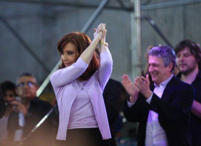 Cristina emulando el saludo del expresidente Raúl Alfonsín en un acto del radicalismo k por los 100 años de Hipólito Yrigoyen.