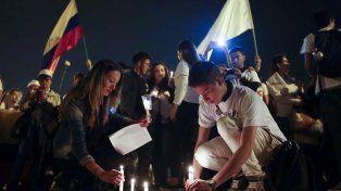 paz en peligro. La noche del miércoles miles se movilizaron por el fin de la guerra civil en Bogotá y otras ciudades.