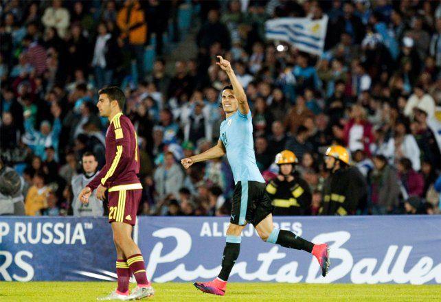 Cavani fue la figura de Uruguay al anotar dos goles en el triunfo.