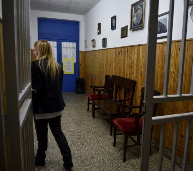 a la dirección. Los jóvenes esperaron en un pasillo a que viniera la policía.