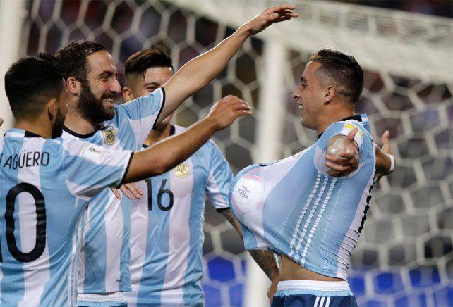 Funes Mori celebra el 1-0 junto a Agüero