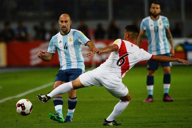 Los defensores argentinos fueron amonestados y no estarán ante Paraguay.