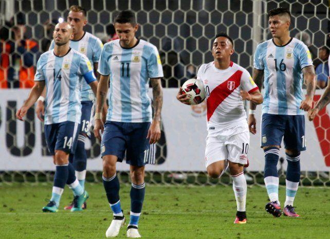 Un error de Mascherano terminó en el penal que le dio la igualdad al conjunto peruano.
