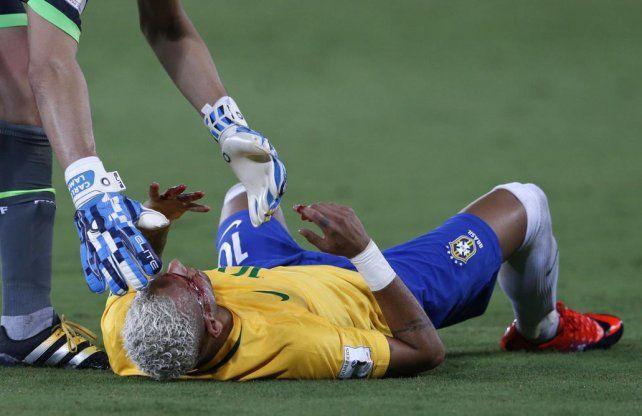 Le dieron lindo. El brasileño Neymar abrió la cuenta. Luego le rompieron la cara de un codazo.