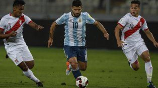 Rodeado. Kun Agüero se lleva la pelota ante las marcas de Tapia y Benavente.