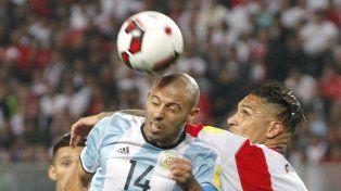 Un duro adversario. Mascherano tuvo que exigirse al máximo para marcar a Paolo Guerrero en tierra peruana.
