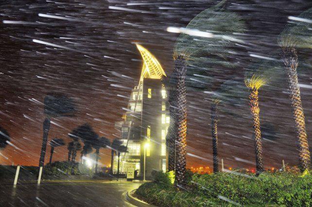 La imagen sobre Cabo Cañaveral muestra fuertes ráfagas de viento e intensa lluvia.