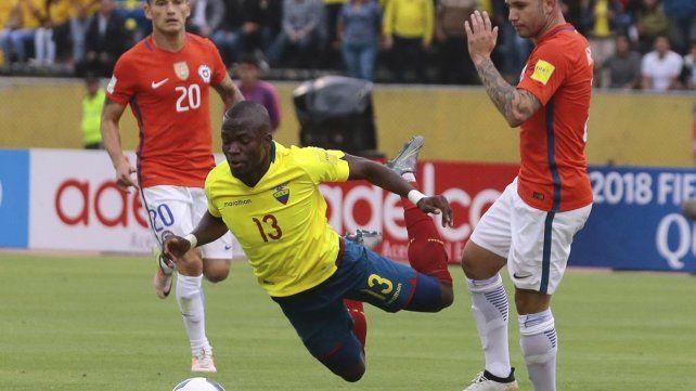 Un jugador de Ecuador salió en camilla para evitar ser arrestado y la policía lo detuvo en la cancha