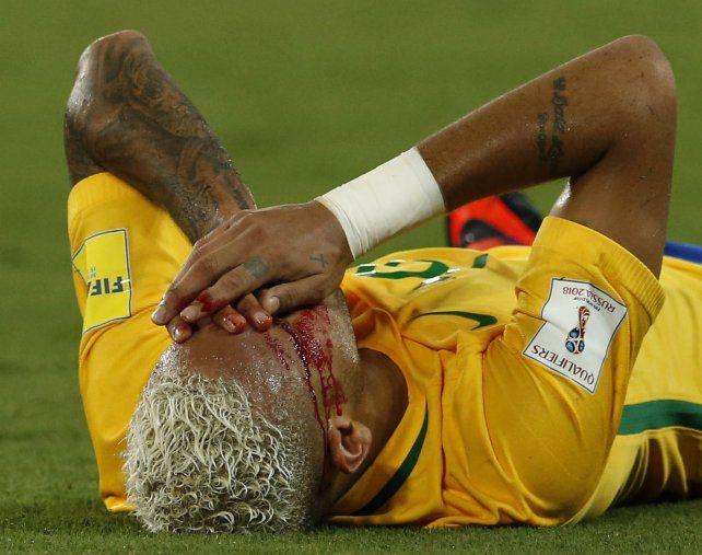 Neymar sufre el codazo de Yasmani Duk. El árbitro no cobró siquiera infracción.