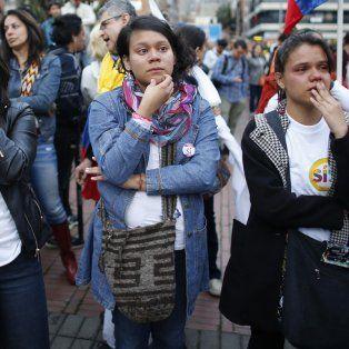 Desazón. Partidarios del apoyo al gobierno para aprobar el tratado de paz escuchan apenados el resultado adverso de la votación.