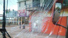 Uno de los piedrazos destrozó el parabrisas de un coche de Serodino.