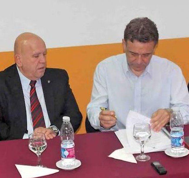 En sintonía. Mandatarios de ambas localidades suscribieron un convenio con Medio Ambiente provincial.