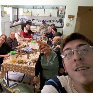 El lugar. Los ancianos reciben la comida de un prestador que no cobra.