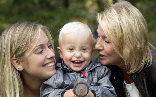Alegría. Emelie (izq.) junto a su hijo Albin y su madre Marie.