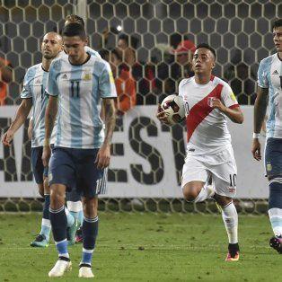 Desazón. Los jugadores, contrariados tras el gol de penal peruano. En Lima, Argentina estuvo dos veces arriba y se lo empataron.