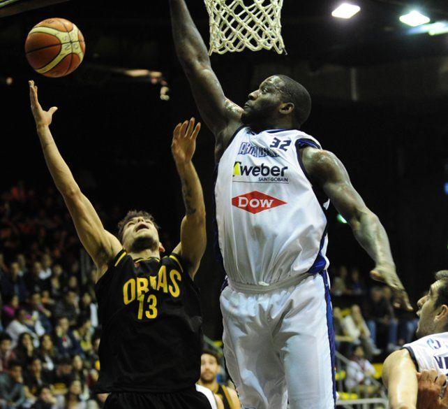 Busca el aro. Pedro Barral lanza frente a la marca de Anthony Johnson.