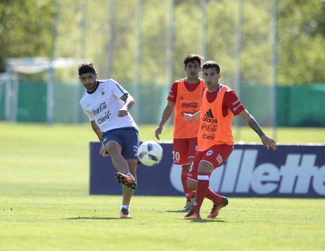 Ever Banega maniobra durante la práctica del seleccionado ante los pibes de Argentinos Juniors.
