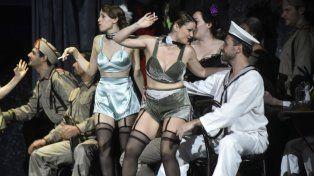 Ultimo ensayo. La Carmen llega a la ciudad vestida de cabaretera.