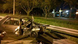 El Renault 9 gris chocó el guardarraíl sobre avenida Circunvalación.