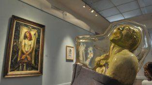Contrastes. La severa obra de Raquel Forner convive con la escultura de Juan Carlos Distéfano.