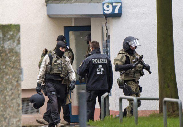 Alarma. Agentes germanos detonaron explosivos de forma controlada.