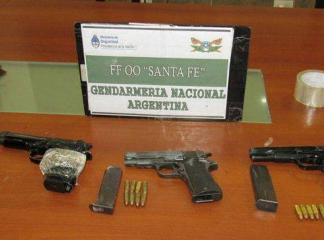 Secuestro. Las armas y municiones incautadas a los detenidos en Tablada.