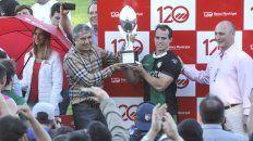 El propio director titular del Banco Municipal de Rosario, José Jacinto Barraza, hizo entrega de la Copa 120 años del Banco Municipal a Pedro Imhoff, capitán de Duendes.