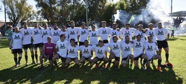 Memoria. El primer equipo posa con una remera con las fotos de Joaquín e Ignacio. Todo un gesto de hermandad.