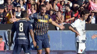 Allá lejos. Ruben celebra junto a Montoya en la victoria frente a Colón. El Canalla nunca más pudo sumar de a tres fuera de Arroyito.
