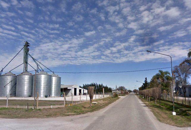 Entre la gente. Varias plantas acopiadoras de cereales se levantan en la localidad de Piamonte.