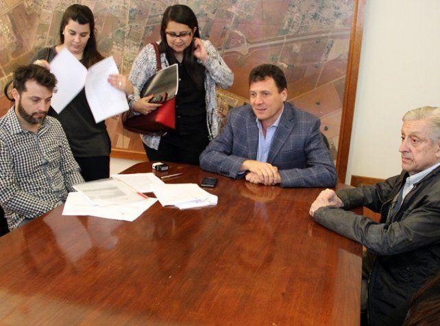 Rúbrica. El intendente Raimundo suscribió cuatro acuerdos.