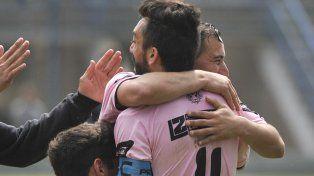 La figura. Matías Miramontes sale a festejar con sus compañeros el gol de Acevedo. El capitán marcó la diferencia en Ludueña.